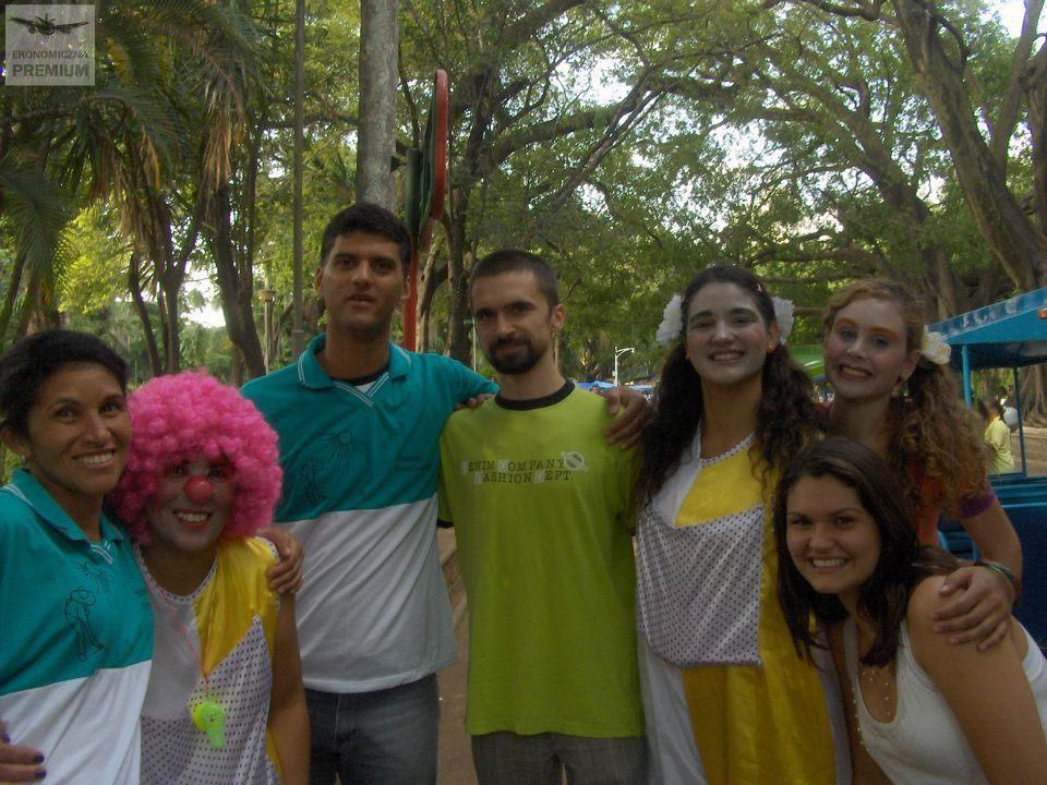 Grupa brazylijskich komików wparku ija....