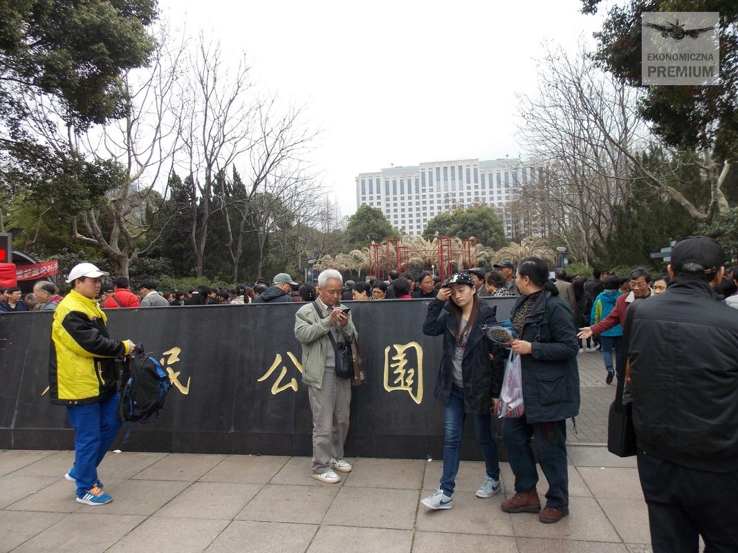 Tłum ludzi przy wejściu do parku