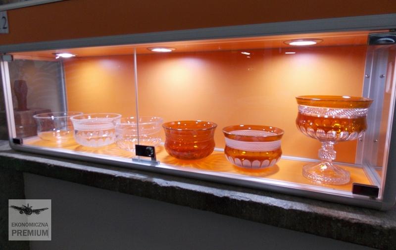 Ewolucja naczynia odprostego kształtu dokolorowego szklanego, kryształu.